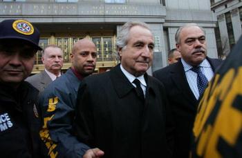Фото: Бернард Мэдофф в окружении сотрудников правопорядка. Hiroko Masuike/Getty Images News