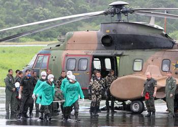 Бразильские военные выгружают найденные тела погибших людей. Фото: EVARISTO SA/AFP/Getty Images