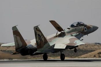 Самолет ВВС Израиля совершает посадку. Фото: Uriel Sinai/Getty Images