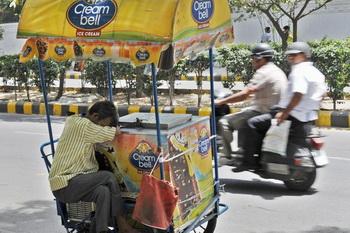 Индийский продавец мороженного изнывает от жары. Фото: RAVEENDRAN/AFP/Getty Images