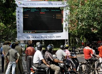Большой экран отражает промежуточные итоги выборов. Фото: RAVEENDRAN/AFP/Getty Images