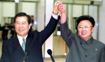 Ким Дэ Чжун и Ким Чен Ир после исторического примерения. Фото: AFP