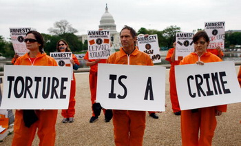 Надпись гласит: пытки - это преступление. Фото: Win McNamee/Getty Images