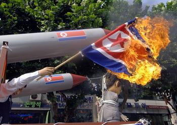 Люди всего мира против ядерных испытаний. Фото: KIM JAE-HWAN/AFP/Getty Images