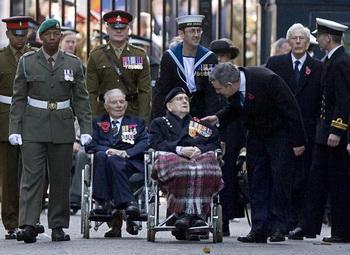 Фото: Премьер министр великобритании Гордон Браун и ветераны первой мировой (Гари Пэтч - слева). BEN STANSALL/AFP