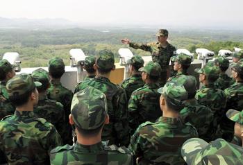Солдаты армии Южной Кореи смотрят на территорию КНДР с наблюдательного поста. Фото: JUNG YEON-JE/AFP/Getty Images