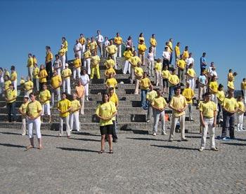 Последователи Фалуньгун выполняют упражнений Фалуньгун. Фото: Светлана Ким/Великая Эпоха