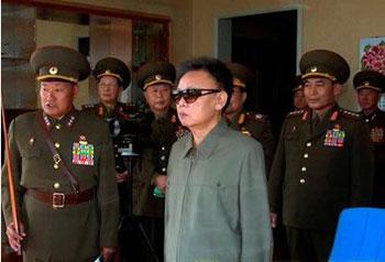 Фотография, опубликованная корейскими СМИ 15 марта 2009 года. Ким Чен Ир инспектирует части народной армии № 1811. Фото: pcpop.com