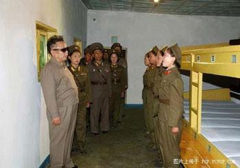 Несколько лет назад Ким Чен Ир посетил части женщин-военнослужащих. В то время он выглядел совсем по-другому. Фото: pcpop.com