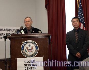 Член парламента Калифорнии Дана Рорабахер на пресс-конференции выразил свою   поддержку действиям Ли Фэнчжи и всем, кто вышел из китайской компартии. Фото: The Epoch Times