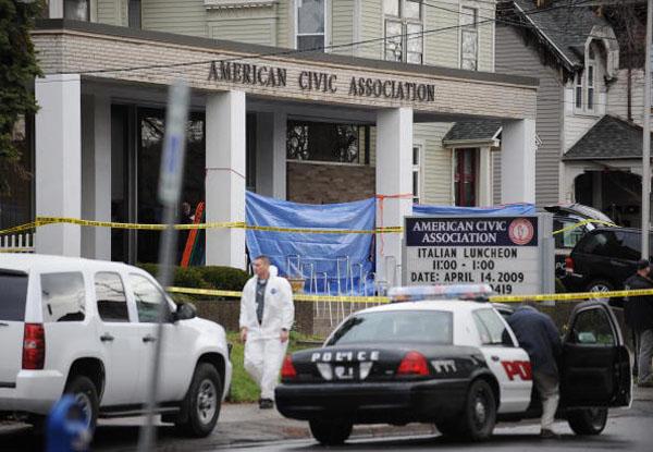 В результате нападения на миграционный центр штата Нью-Йорк в городе Бингемтон погибли 14 человек, включая самого преступника. Фото: Chuck Haupt/Getty Images