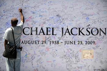 Мемориальная стена с подписями фанатов Майкла Джексона в Лос-Анджелесе. Фото: GABRIEL BOUYS/AFP/Getty Images