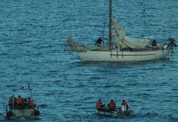 Сомалийские пираты и их заложники в лодке, 10 апреля 2009г. Фото: AFP/Getty Images