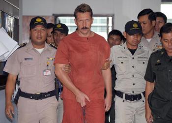 Российский бизнесмен Виктор Бут, арестованный в Бангкоке в марте 2008 года по запросу американской Фемиды, которая подозревает Бута в терроризме и нелегальной торговле оружием. Фото: PORNCHAI KITTIWONGSAKUL/AFP/Getty Images