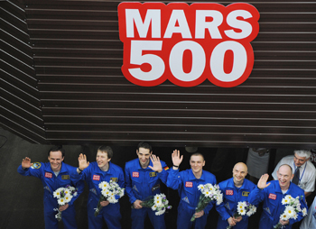 Шестеро европейцев вернулись к действительности после 105-дневной стимулированной космической поездки 14 июля 2009г. Фото: NATALIA KOLESNIKOVA/AFP/Getty Images