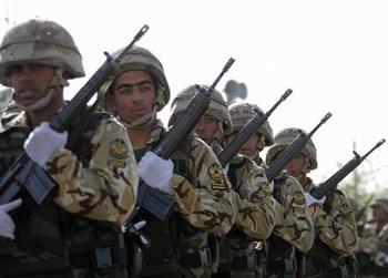 Иранские солдаты на армейском параде в Тегеране, март 2009 года. Фото: BEHROUZ MEHRI/AFP/Getty Images
