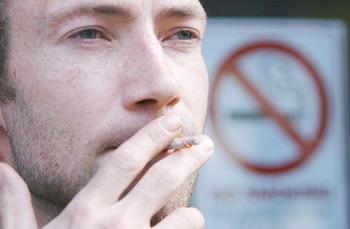 Слова «light», «ultra light» или «mild» могут ввести в заблуждение курильщика, который будет считать, что они менее опасны для здоровья, чем остальные сигареты. Фото: PETER MUHLY/AFP/Getty Images