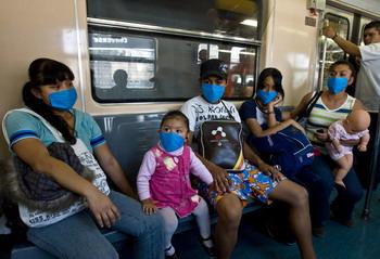 Жители Мексики в общественном транспорте. Апрель 2009г. Фото: Ronaldo Schemidt/AFP/Getty Images