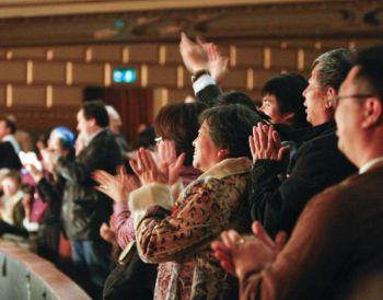 Овации стоящих зрителей при завершении шоу DPA в Сан-Франциско. Фото: Великая Эпоха