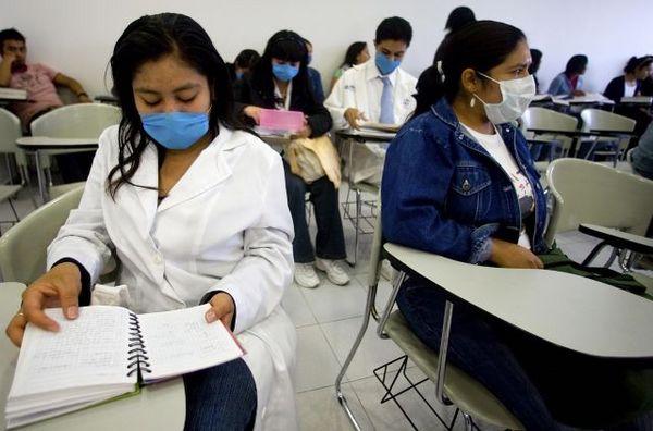 В мексиканской столице Мехико, в Национальном автономном университете Мексики студенты носят маски. Фото: Getty Images