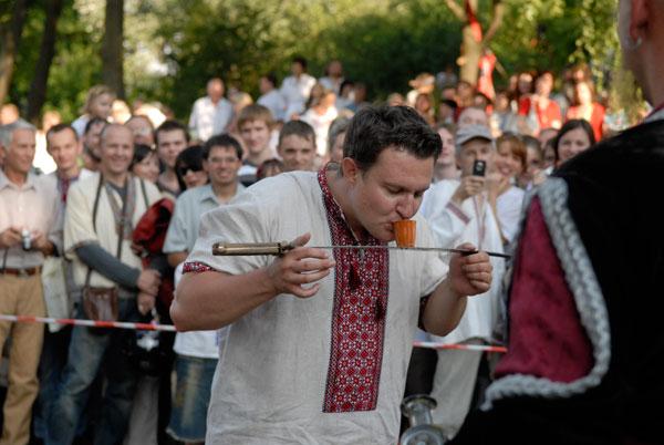 Смельчакам после раскатов хлыста над головой наливают заслуженную рюмку. Фото: Владимир Бородин/Великая Эпоха