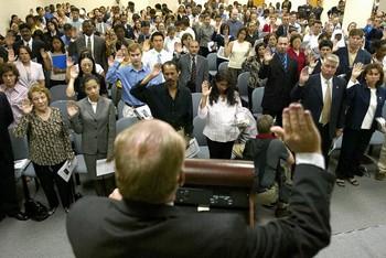 Церемония дачи клятвы во время принятия гражданства США. Фото: PAUL J.RICHARDS/AFP/Getty Images