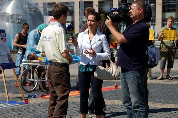 После хулиганской выходки китайских шпионов, многие СМИ берут интервью у группы Фалуньгун. 19 июня. Братислава. Фото с minghui.org