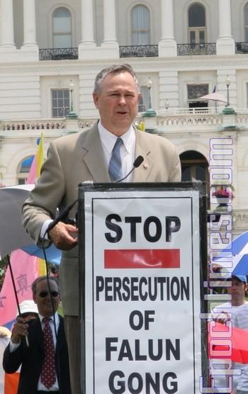 Член Конгресса США Дана Рорабахер выступает на митинге в защиту последователей Фалуньгун. Фото: Великая Эпоха