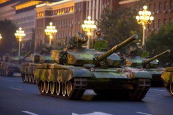 Танковый состав репетирует перед Великим Домом народных собраний на площади Тяньаньмэнь в Пекине 19 сентября. Фото: STR /AFP /Getty Images