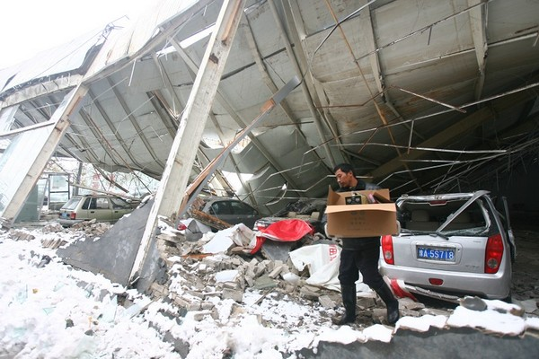 Не выдержав веса снежного покрова, обвалился потолок в выставочном павильоне автомобилей. Город Чженчжоу провинции Хэнань. 12 ноября 2009 год. Фото с epochtimes.com