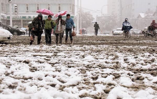 Сильный снегопад прошёл в провинции Хэбэй. Фото: STR/AFP/Getty Images