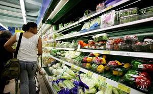 Во фруктах и овощах пекинских супермаркетов обнаружены 17 видов ядохимикатов. Фото: ANTONY DICKSON/AFP/Getty Images