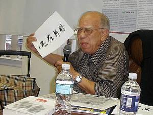 Хэ Тянькай, 89 лет, рассказывает, что коммунистический режим мучает китайский народ.  Фото: Shi Jing/The Epoch Times
