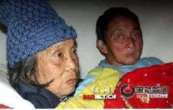 80-летние супруги Оу Дэшен и Лоу Шуюань. Деревня Лунхуэйшань уезда Нинсян провинции Хунань. 19 ноября 2009 год. Фото с epochtimes.com
