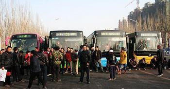 Крестьяне заблокировали дорогу, требуя выплаты зарплаты. Город Иньчуань, Нинся-Хуэйский автономный район. 25 ноября 2009 год. Фото с epochtimes.com