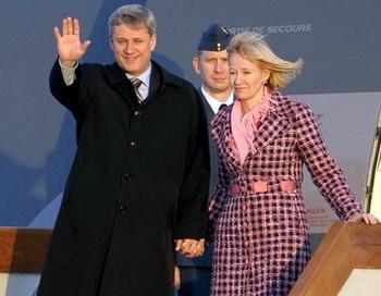 Премьер-министр Канады Стивен Харпер с женой прибыл в визитом в Китай. Пекинский аэропорт. 2 декабря 2009 год. Фото: LIU JIN/AFP/Getty Images