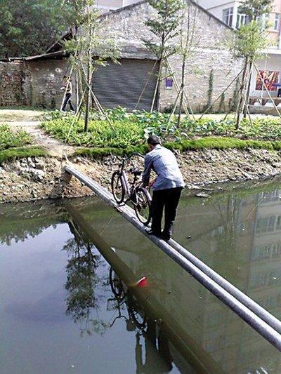 Каждый день жители деревни вынуждены переправляться через речку по узкому мосту из двух труб. Фото: epochtimes.com