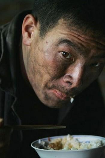 Китайские крестьяне поставлены в такое положение, при котором они охотно работают в любых условиях за минимальную плату. Фото: AFP