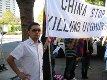 Напротив консульства КНР в Сан-Франциско, США акция протеста против подавления уйгуров в Китае. 6 ноября 2009 год. Фото: CK/RFA