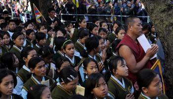 Каждый год многочисленнее тибетские дети, рискуя жизнью, переходят через Гималаи, чтобы учить свой язык и культуру. Фото: MANAN VATSYAYANA/AFP/Getty Images