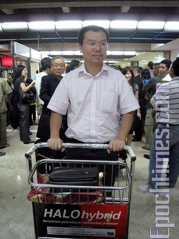 Бывший корреспондент газеты «Женьминь Жибао» Чу Минвэй в индонезийском аэропорту. Фото: У Сюеэр/The Epoch Times