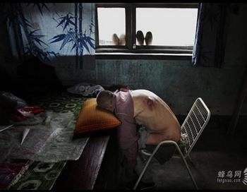 Из-за длительного употребления загрязненной воды, многие жители деревни Сякан провинции Шаньси заболели раком или у них случился тромбоз мозга. На фото 64-летний Ван Баошень. Он заболел в 2003 году. Всё его тело гноится. Он не может лежать в кровати, и вынужден спать сидя. 10 июля 2005 год. Фото: Лу Гуан