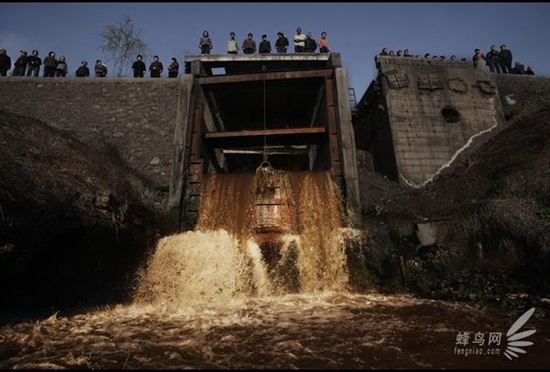 Отработанная вода металлургического завода города Аньян провинции Хэнань сбрасывается в реку Аньян. 25 марта 2008 год. Фото: Лу Гуан