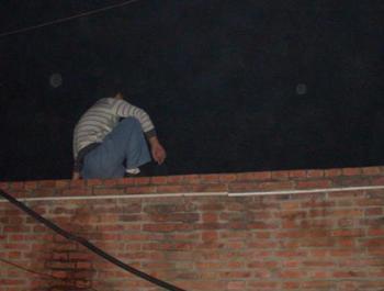 Когда дети начали громко звать на помощь, полицейские ушли. Фото с minghui.org