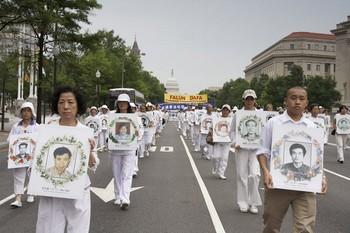 Три тысячи последователей Фалуньгун проводят в Нью-Йорке акцию протеста против репрессий своих единомышленников в коммунистическом Китае. Фото: The Epoch Times