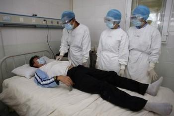 Врачи проверяют состояние больного гриппом H1N1. Город Сунин провинции Сычуань. 14 сентября 2009 год. Фото с epochtimes.com