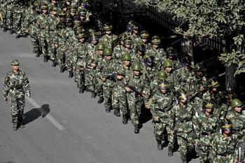 Спецотряды полиции в Урумчи района СУАР. 5 сентября 2009 год. Фото: AFP