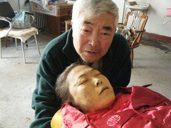 Отец возле своей умершей дочери Ян Сяоцзин. Фото с epochtimes.com
