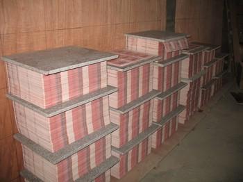 Наполовину готовые фальшивые купюры, конфискованные полицией 7 октября в провинции Хунань. Фото с epochtimes.com