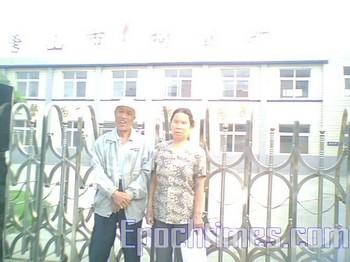Супруги Лю Шисян и Лю Фэнчинь возле ворот центра задержания города Таншань. Фото: The Epoch Times